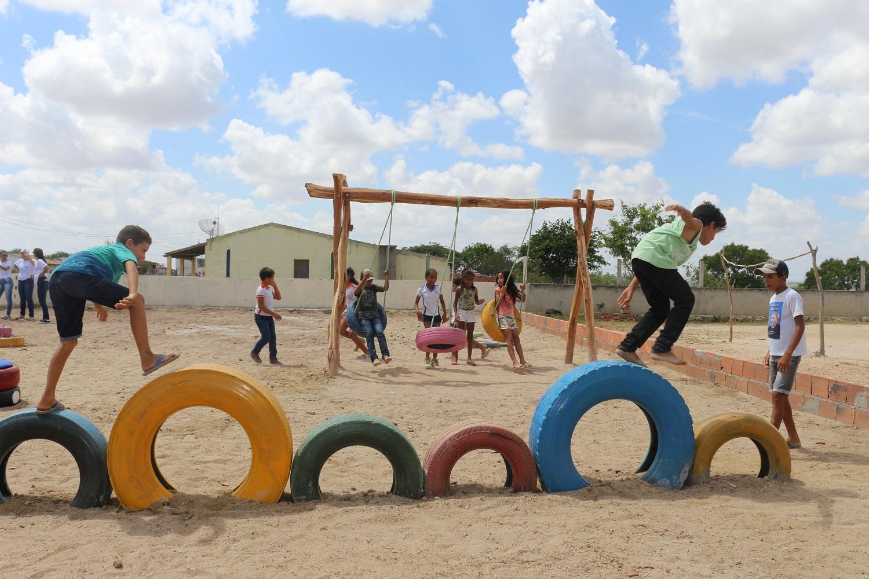"""""""A universidade trouxe um projeto e juntos começamos a realizar o sonho de ter uma praça na escola a partir do material que temos disponível na comunidade e sem custo nenhum para as famílias"""", relata a agricultora Maria de Fátima da Silva Andrade"""