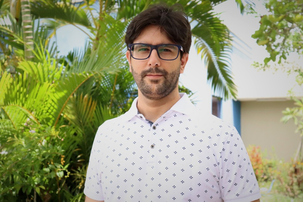 """""""Esquema vacinal é feito com duas doses do imunizante,"""" reforça o professor Diego Tanajura. Foto: Josafá Neto/Rádio UFS"""